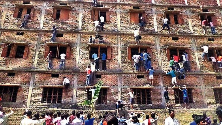 India: centenares de padres arriesgan su vida para ayudar a sus hijos a superar los exámenes finales de secundaria