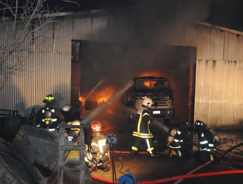 Incendio en galpón deja pérdidas millonarias en Osorno