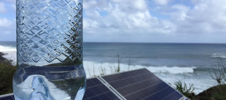Entregan el primer vaso de agua desalinizada con energía solar en Rapa Nui