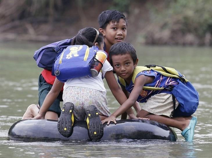 Los viajes más peligrosos e inusuales que tienen que atravesar niños para ir a la escuela