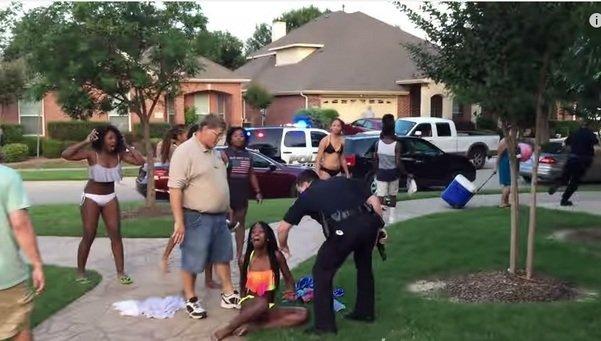 Dimite el policía que amenazó a una menor con un arma en Texas