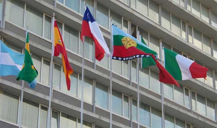 Gesto de reconocimiento: Bulnes izó la bandera mapuche en el frontis del edificio municipal