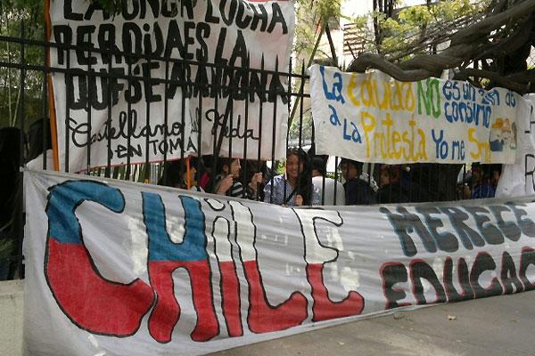 Pedagógico se manifiesta en el Costanera Center