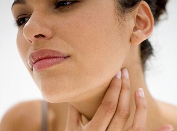 Cómo curar un dolor de garganta y amígdalas
