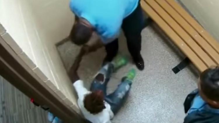 Video: Brutal paliza de un policía de EE.UU. a una joven en un centro de menores