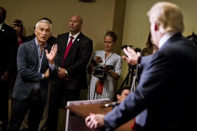 """Donald Trump expulsa a periodista Jorge Ramos: """"Vuelve a Univisión"""""""