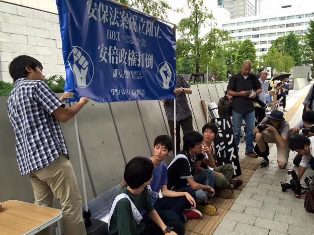 """Estudiantes japoneses en huelga de hambre contra la denominada """"legislación bélica"""""""