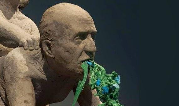 Polémica por escultura del rey Juan Carlos siendo penetrado por feminista boliviana y ella por un pastor alemán