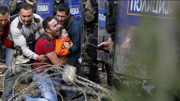 Miles de refugiados son reprimidos con gas lacrimógeno en Macedonia