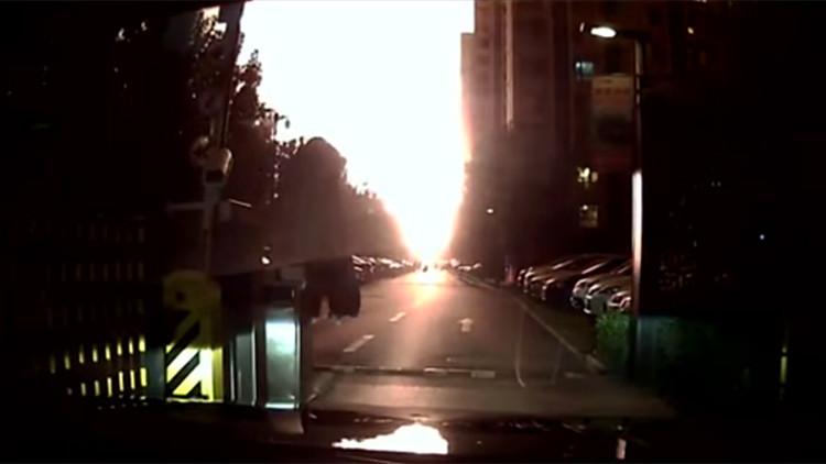 La cámara de un coche graba de cerca y en detalle el momento de las masivas explosiones en China