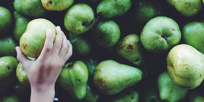 La ciencia dice que comer peras antes de beber pudiera evitarte la caña
