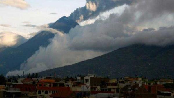 Volcán Tungurahua arroja más ceniza en Ecuador