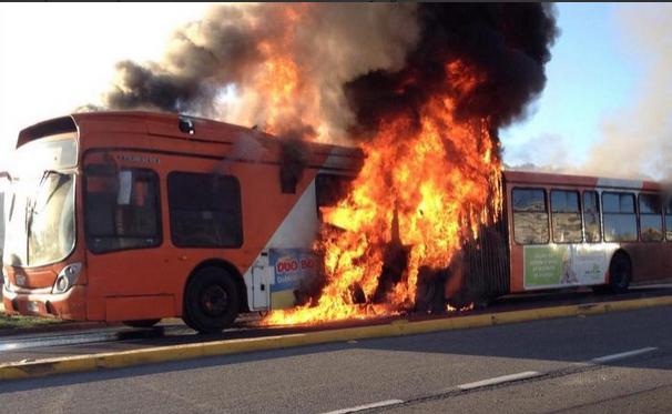 Bus del Transantiago se quema por completo