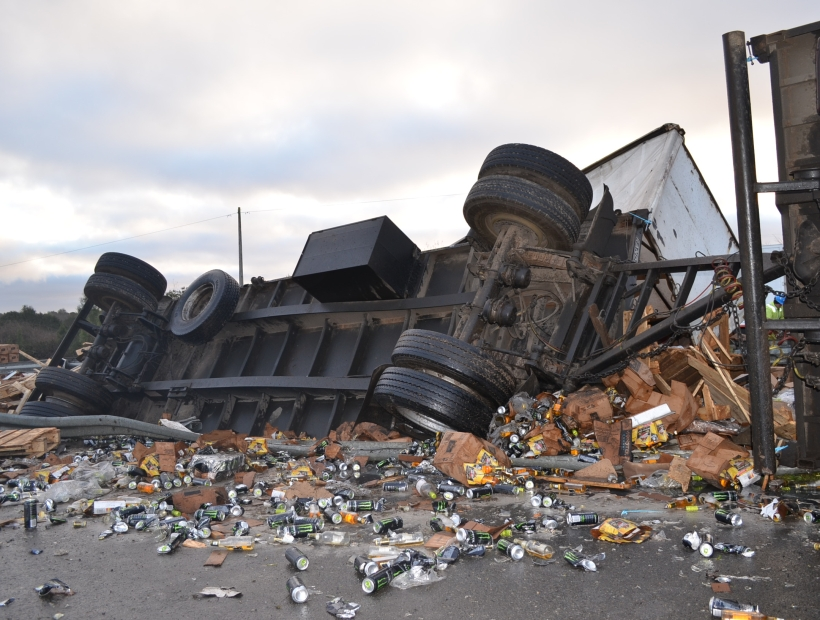 Camión que iba a Puerto Montt con miles de litros de alcohol volcó cerca de Frutillar