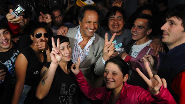 """En un nuevo aniversario de """"La noche de los lápices"""", Daniel Scioli prometió el boleto estudiantil gratuito para toda Argentina"""