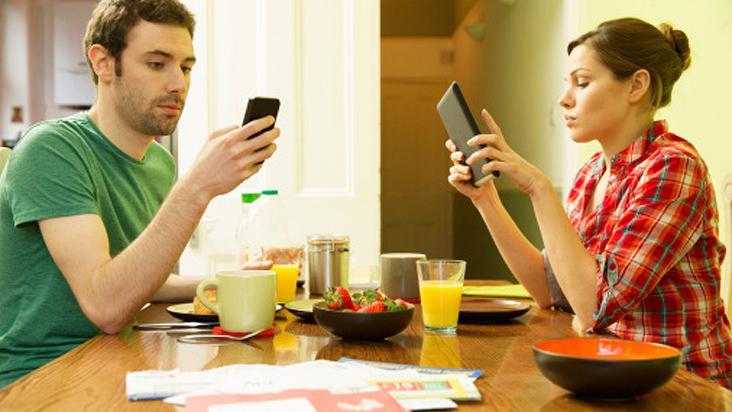 ¿Los teléfonos celulares están arruinando tu relación?