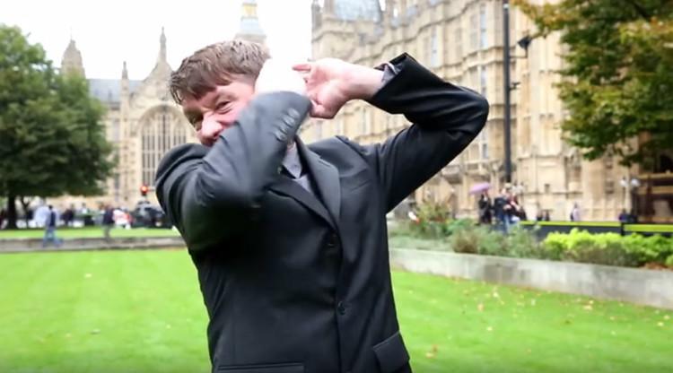 """""""Rusia siempre es mala"""": Un 'periodista' británico enojado presenta las noticias sin censura"""