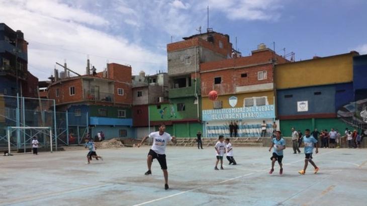 Beckham jugó en la Villa 1-11-14 y quedó sorprendido por la pasión de los chicos por el fútbol