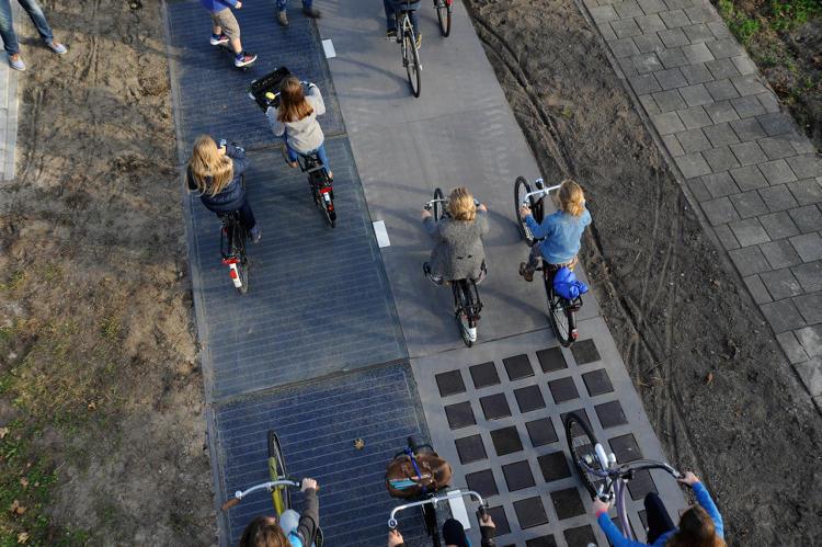La primera ciclovía solar del mundo ilumina tres casas por cada metro cuadrado