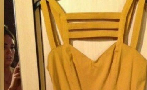 Sube una foto de un vestido a eBay para venderlo sin darse cuenta de que sale ella desnuda