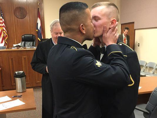 Imperdible: fotografía de pareja de militares homosexuales recién casados se vuelve viral