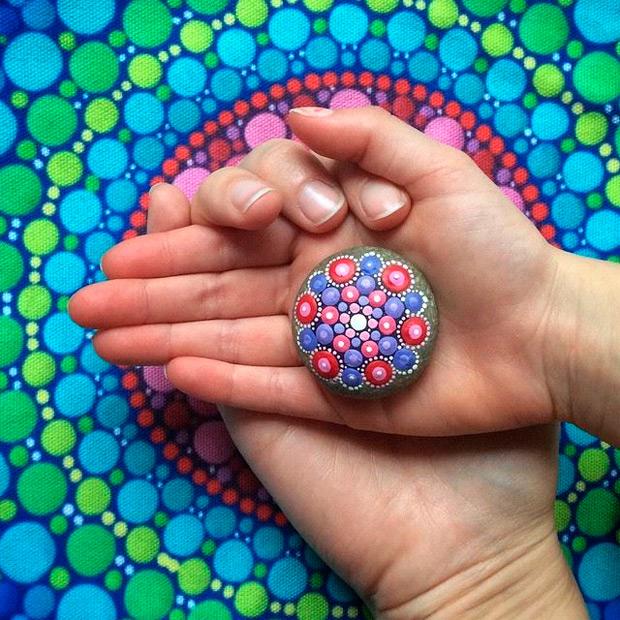 10 imágenes que muestran maravillosos mándalas pintados sobre pequeñas piedras