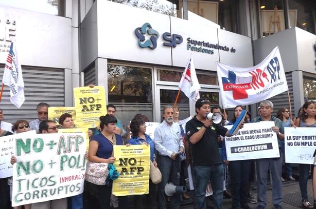 Coordinadora NO+AFP protesta  en la Superintendencia por validación de fusiones truchas de empresas