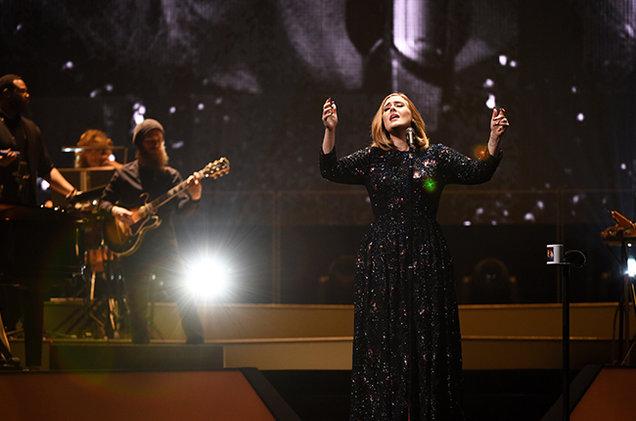 """Photobomb: Adele se """"cuela"""" en la foto de una fanática y le regala la mejor selfie de su vida"""
