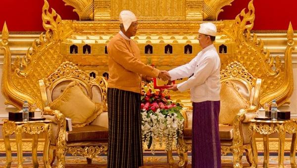 Birmania: Invisten al primer presidente elegido democráticamente en 50 años