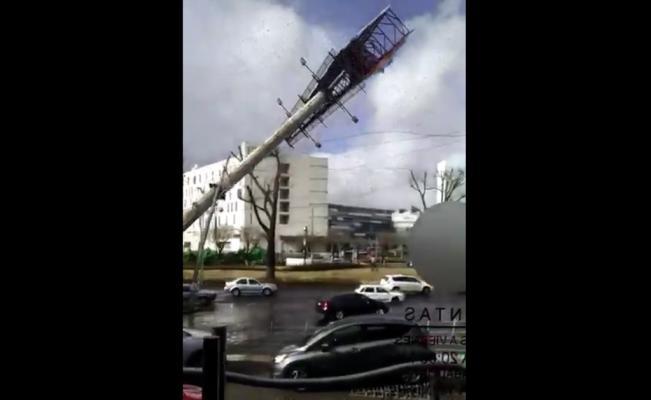 Caída espectacular por fuertes vientos (Video)