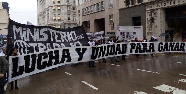 Empleados despedidos realizan festival solidario frente al Ministerio de Trabajo