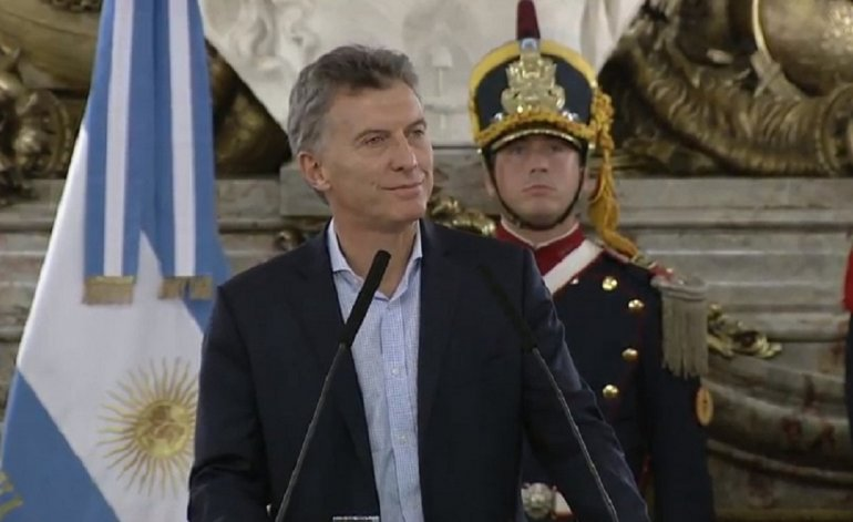 Macri se opone a ley para evitar despidos