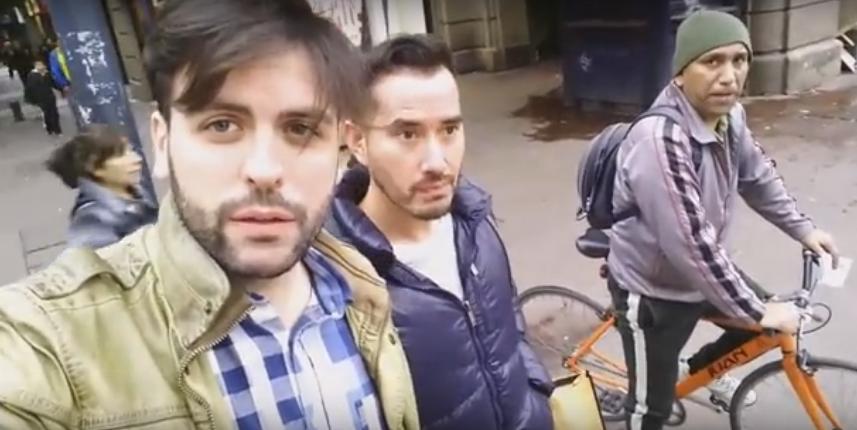 """Fanático religioso trata de """"enfermos"""" a pareja gay en Plaza de Armas de Santiago"""