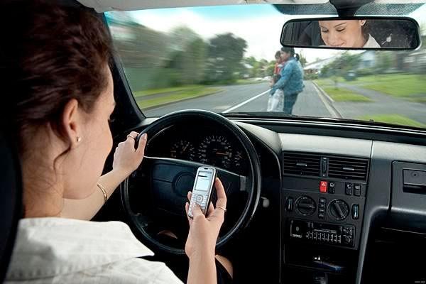 Conductores que utilizan sus celulares mientras manejan serán atrapados