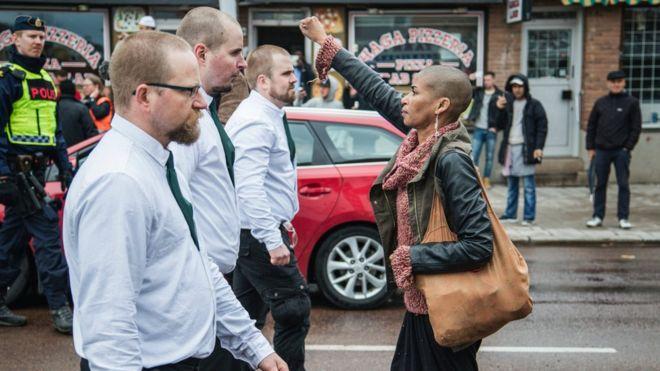 Valiente mujer enfrentó a 300 neonazis en Suecia