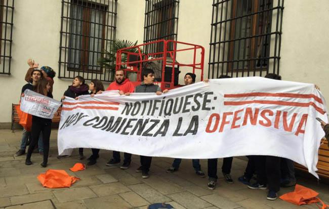 Estudiantes burlan seguridad de La Moneda e ingresan al palacio para protestar