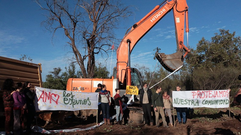Vecinos de Peñalolén se manifiestan contra la destrucción de precordillera