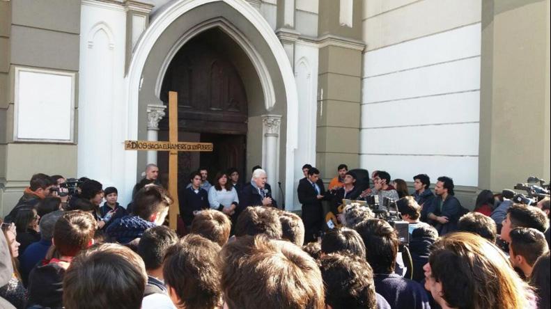 Las dos iglesias que desnudó la simbólica liturgia del sacerdote Mariano Puga