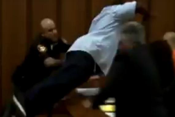 Padre furioso se lanza sobre el asesino de su hija en la misma corte