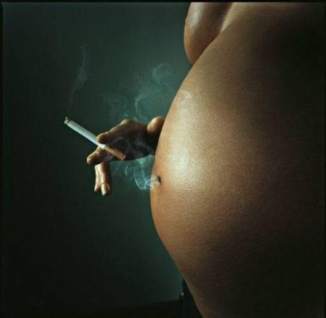 Adolescentes embarazadas estarían fumando más para reducir el tamaño de sus bebés