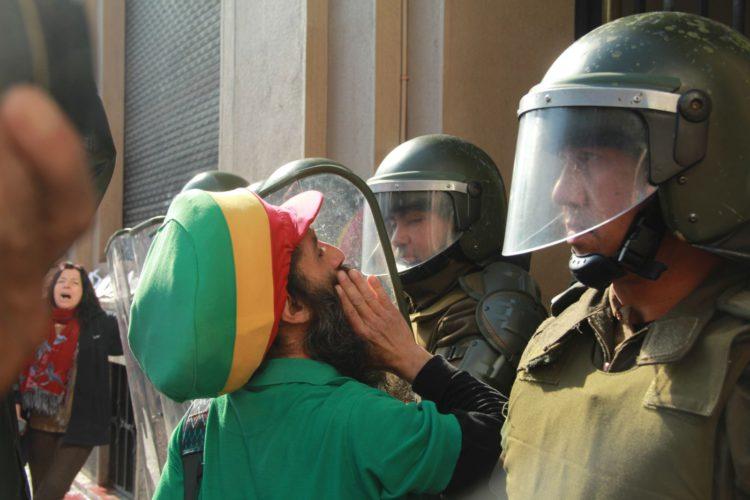 Grupo de familiares de detenidos desaparecidos, ejecutados políticos y víctimas de tortura se toman el Ministerio de Defensa