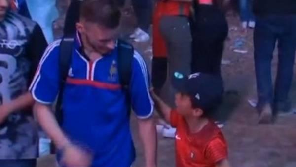 VIDEO: La imagen de la Eurocopa es de un niño portugués consolando a un hincha francés