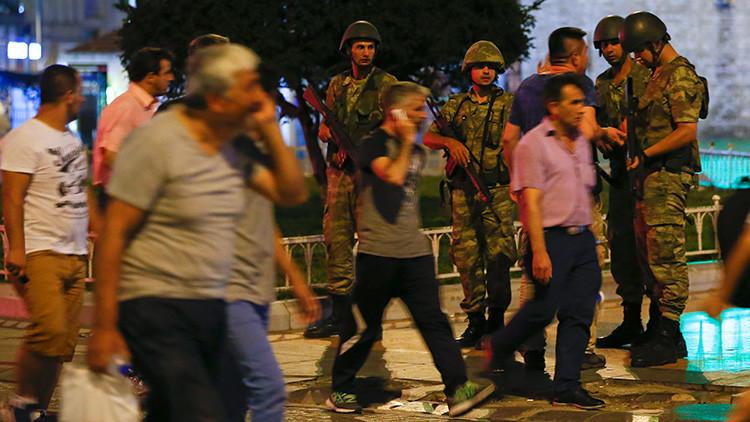 """Militares turcos declaran toque de queda y Erdogan llama a """"salir a defender el gobierno"""""""