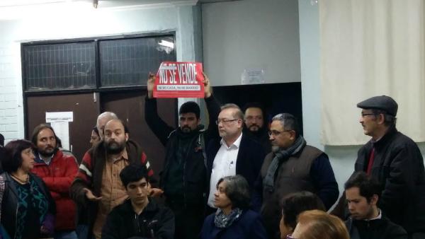 """Vecin@s de Ñuñoa acusan """"plantón"""" de alcalde Zahri en reunión sobre Plan Regulador"""