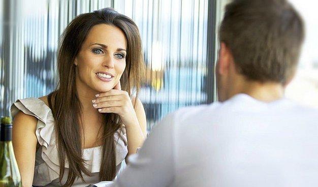 10 señales infalibles que te harán saber si le atraes sexualmente a una mujer
