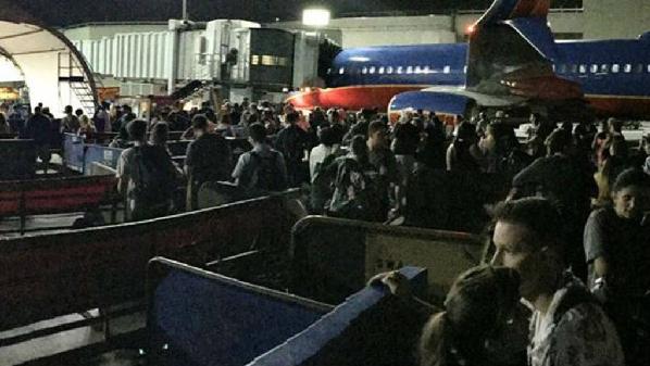 Evacúan parte del aeropuerto internacional de Los Ángeles por supuesto tiroteo