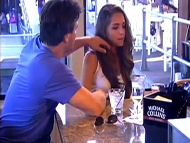 (VIDEO) Joven sexy se pasea por la ciudad simulando estar ebria para ver las reacciones de los hombres