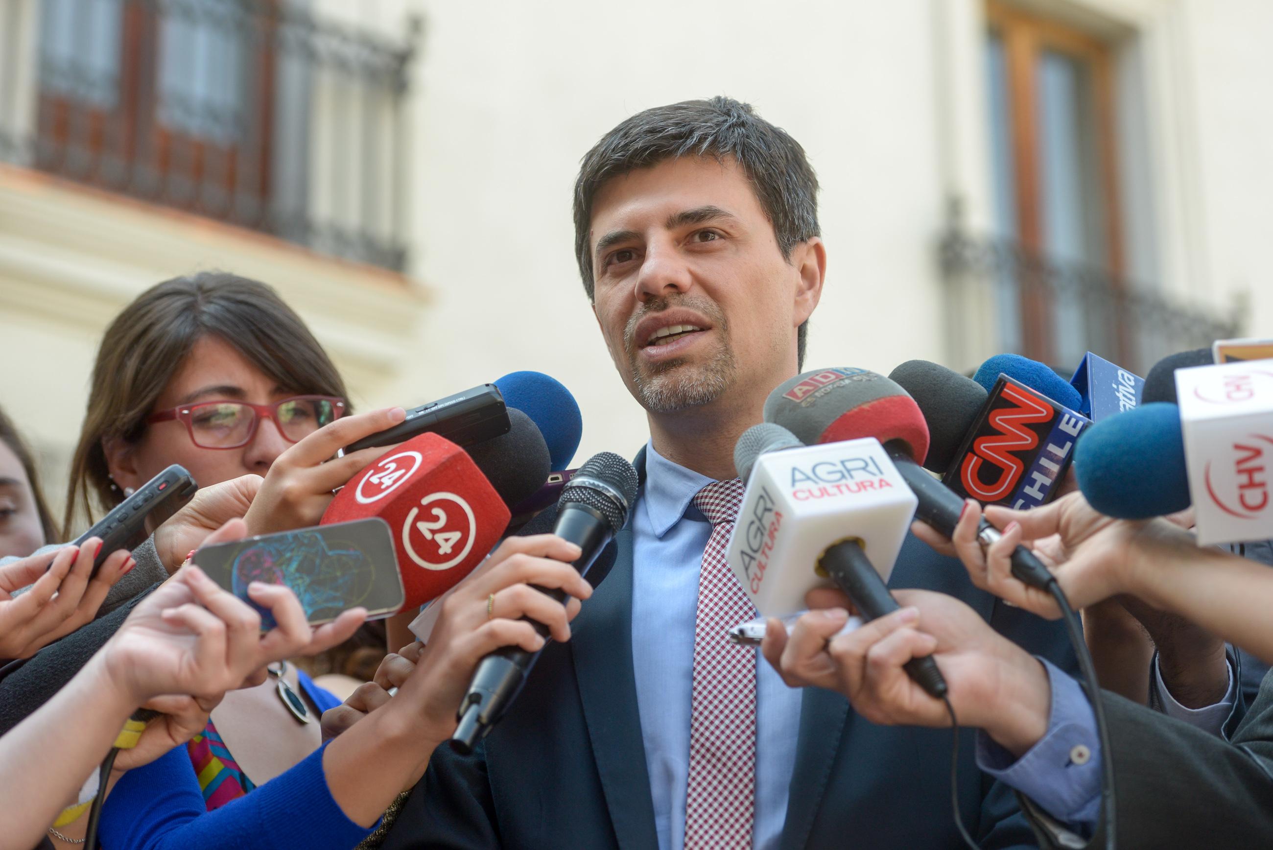 """Gobierno califica como """"artificial"""" polémica por viaje de Helia Molina junto a Bachelet"""