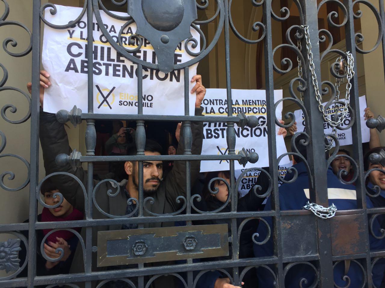 Estudiantes se toman Municipalidad de Santiago y llaman a no votar en elecciones municipales