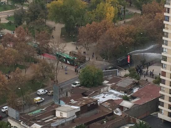 Bloqueos de calle provocan enfrentamientos con Carabineros